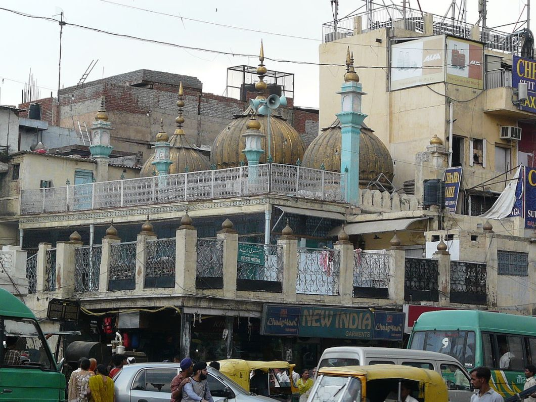 1200px-Sunehri_Masjid,_Chandni_Chowk,_Delhi